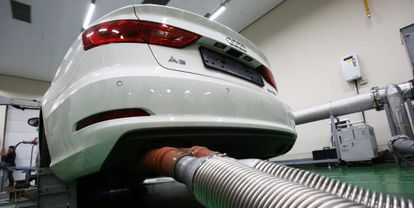 Pruebas de emisiones a un coche Audi en un laboratorio de Corea del Sur.
