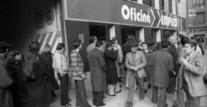 Colas en una oficina de empleo de Madrid en 1977.