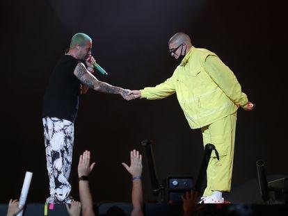 El puertorriqueño Bad Bunny se da la mano con el colombiano J Balvin durante un concierto en Dallas en agosto de 2019.