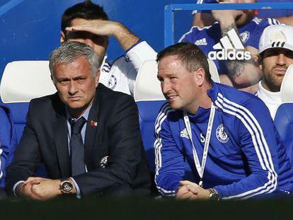Cesc, con gorra, en el banquillo junto a Mourinho.