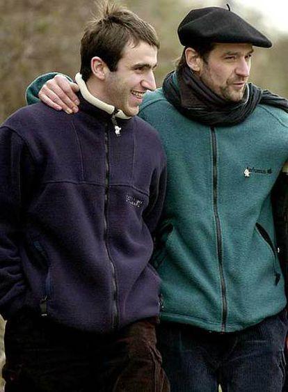 Josu Ternera, negociador clave en el diálogo de ETA con el Gobierno, junto a su hijo Egoitz, en una fotografía de archivo.