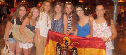 Paula Carda, tercera por la izquierda, posa con una bandera de la dictadura de Franco