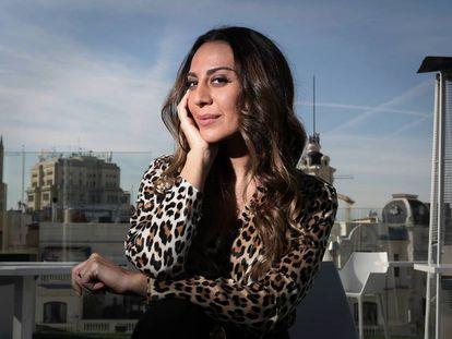 La cantante Monica Naranjo posa ante la cámara en un hotel en el centro de Madrid.