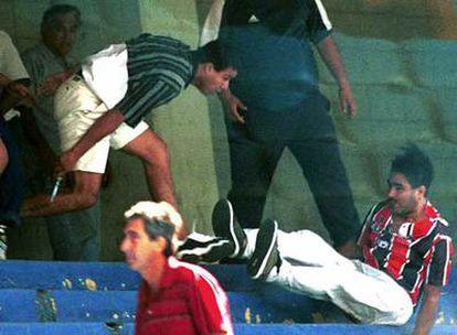 Un hincha ataca a otro con una navaja durante un partido de la Liga argentina.