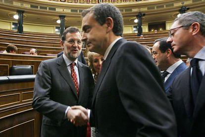El presidente del Gobierno José Luis Rodríguez Zapatero, estrecha la mano a Mariano Rajoy, en presencia de la presidenta de la Comunidad de Madrid, Esperanza Aguirre y el presidente del Congreso, José Bono y el alcalde de Madrid, Alberto Ruiz Gallardón, en un pleno de el Congreso del mes de noviembre del año pasado.