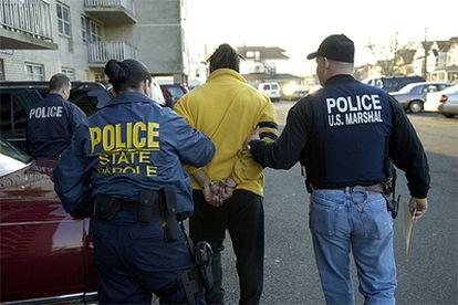 Varios agentes, con uno de los detenidos en la Operación Halcón.