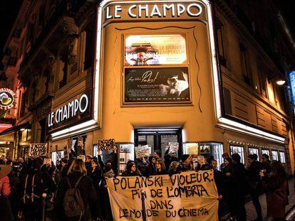 """Un grupo de manifestantes sostiene una pancarta con el mensaje """"Polanski violador, fin de la omertá en el mundo del cine"""", a las puertas de una sala de París, el pasado noviembre."""