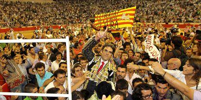 José Thomas pisa los hombros de Monumental en la última corrida de toros de Barcelona, el 25 de septiembre de 2011.