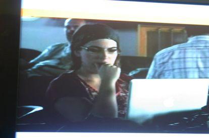 Imagen de la cooperante española Laura Arau a bordo del <i>Mavi Marmara,</i> obtenida de un vídeo de Al Jazeera y colgada en su página de Facebook.