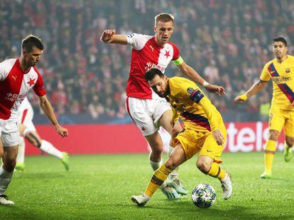 Messi trata de sortear a dos rivales del Slavia.