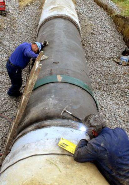 Operarios de una empresa reparan una tubería de Jerez