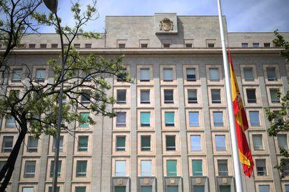 Bandera a media asta este jueves en el Ministerio de Defensa en Madrid.