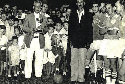 Imagen de una los primeros trofeos del club de fútbol. CORTESÍA
