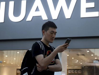 Un cliente de Huawei frente a la tienda en Pekín, China