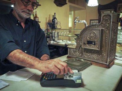 El restaurante Le Bistrot de Girona cobra una cuenta con la moneda social de la zona, el res.