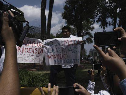 Periodistas mexicanos protestan por el asesinato de su colega, Miroslava Breach.