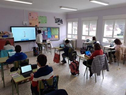 Varios alumnos de primaria de la escuela de Cameros Nuevo (La Rioja), un pueblo de 300 habitantes al que la llegada de Internet ultrarápido atrajo nuevas familias.