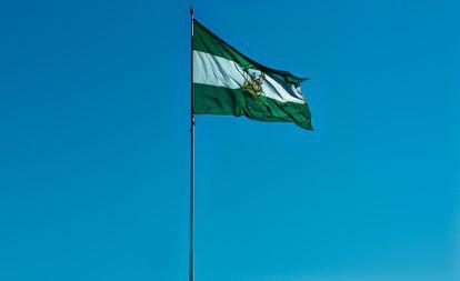 Bandera de Andalucía ondeando en Sevilla.
