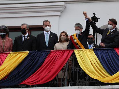 El presidente de Brasil, Jair Bolsonaro, levanta la mano del nuevo presidente de Ecuador, Guillermo Lasso, junto a la primera dama, María de Lourdes Alcívar Crespo, y el Rey de España.