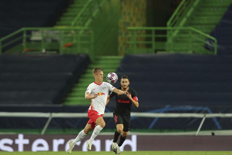 Dani Olmo controla el balón ante Koke.
