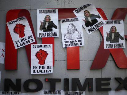 Pancartas de protesta contra Sanjuana Martínez, directora de Notimex.