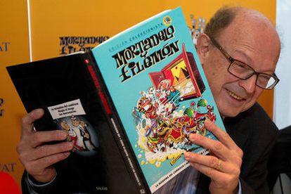 El dibujante, con el primer número de la edición de coleccionista de 'Mortadelo y Filemón'