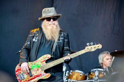 Dusty Hill durante un concierto de ZZ Top en Sweden Rock Festival 2019.