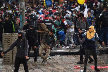 Manifestantes chocan con la policía en Bogotá en un día nacional de protestas contra la reforma tributaria del gobierno de Iván Duque.