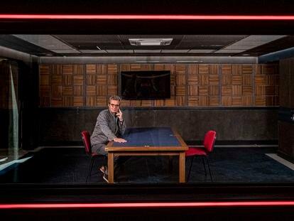 Entrevista con Mariano Barroso en el decorado de la serie 'Criminal'.