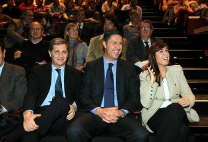 Xavier García Albiol, en el centro, junto Alberto Farnández Díaz, a la izqueirda, y Alicia Sánchez-Camacho.