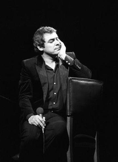 Alberto Cortez, durante un recital en Madrid en abril de 1983.