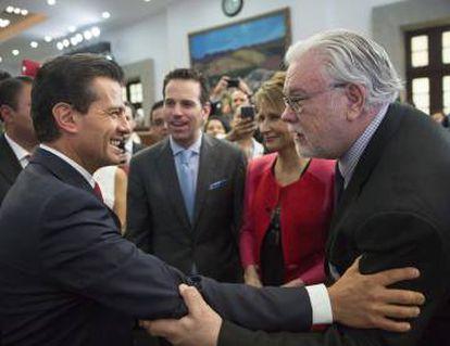 Carlos Loret observa al presidente Peña Nieto saludar al periodista Ruiz Healy.