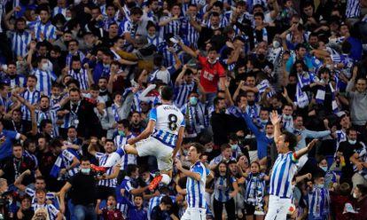 Los jugadores de la Real Sociedad celebran un gol al AS Mónaco este jueves, en el estadio Reale Arena de San Sebastián.
