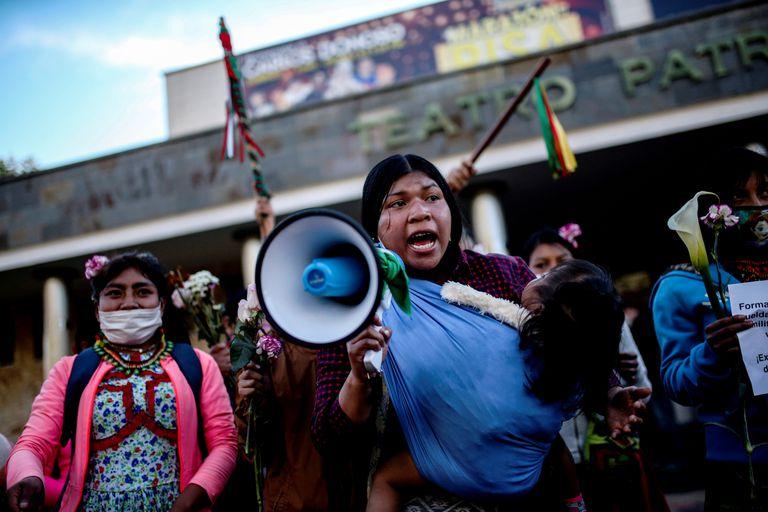 Manifestantes protestan por la violación de una niña indígena perpetrada por militares frente a las instalaciones del Ejército en Bogotá.