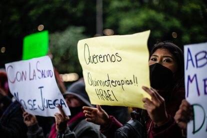 Un grupo de personas se manifiesta contra la escasez de medicamentos oncológicos, en junio en el aeropuerto de la Ciudad de México.