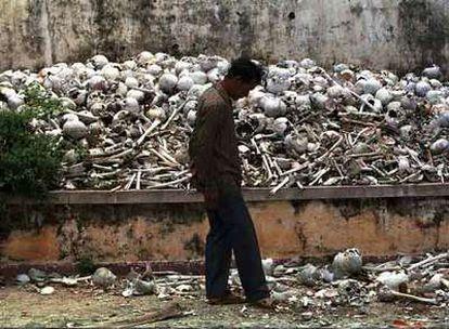 Un camboyano pasea junto a un osario de Pnom Penh, donde se amontonan cráneos y restos humanos pertenecientes a víctimas del régimen de Pol Pot.