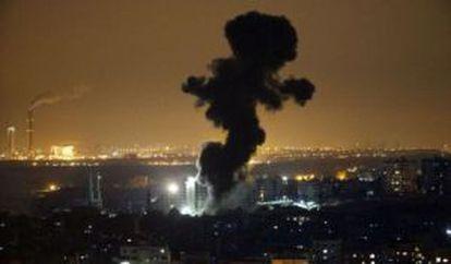 Columnas de humo tras un ataque israelí este sábado en Gaza.
