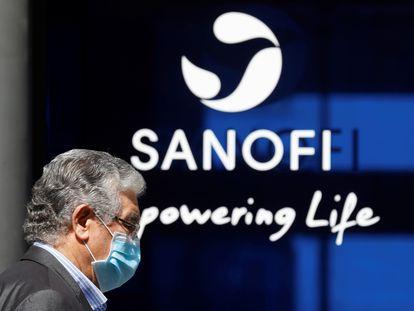 Un hombre con mascarilla pasa por delante de la sede de Sanofi en París.