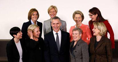 Ministras de Defensa de la OTAN junto al secretario general, en Bruselas, este miércoles.