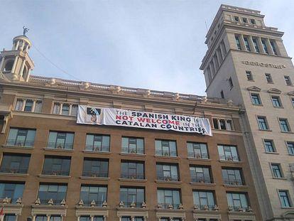 Pancarta contra Felipe VI en la Plaza Catalunya de Barcelona, este viernes.