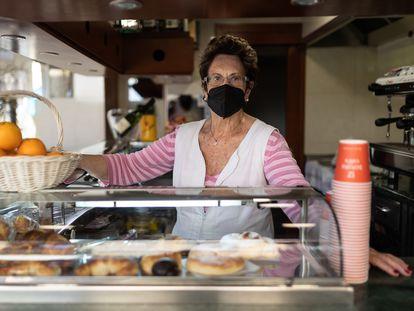 Teresa, propietaria del bar Parera, tras la barra.