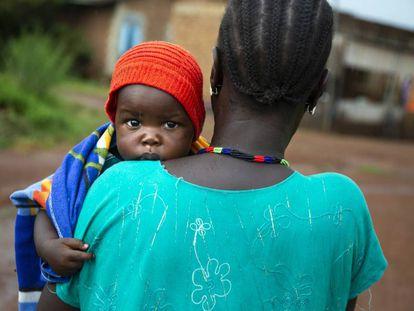 Veronica Marco Bareza lleva a su hijo menor, Mubarak (nueve meses), al hospital de Wau, en Sudán del Sur. Verónica es seropositiva, pero ninguno de sus siete hijos es positivo porque siguió el programa de prevención de la transmisión maternoinfantil desde que tuvo conocimiento de su condición.