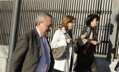 La juez Nieves Molina, en el centro, junto al fiscal anticorrupción.