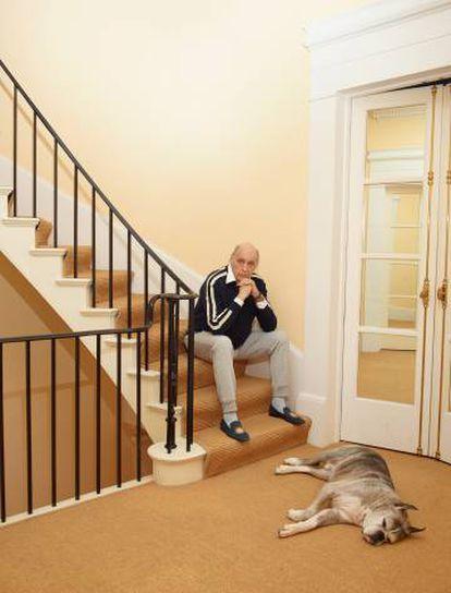 Reinaldo Herrera y su perro Marcos en las escaleras de su casa de Nueva York. Hacia arriba, el despacho. Tras la puerta, el salón azul.
