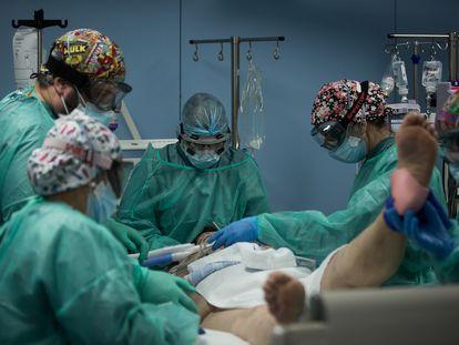 Unidad de cuidados intensivos con pacientes covid-19 del hospital de la Santa Creu i Sant Pau, en Barcelona.