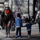 GRAF5434. MADRID, 11/03/2020.- Un par de niños cruzan una calle este miércoles, en Madrid. La Comunidad de Madrid suspendió las clases durante quince días, a partir de hoy, para intentar contener la epidemia del coronavirus. El Ministerio de Sanidad ha confirmado este miércoles 2.002 casos de coronavirus en España (363 más que ayer) y 47 fallecidos (once más), y casi la mitad de ellos -tanto los contagios como las muertes- se han dado en la Comunidad de Madrid. EFE/ Juan Carlos Hidalgo