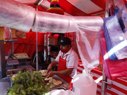 Un hombre vende tacos en un puesto callejero este 1 de enero en Ciudad de México.