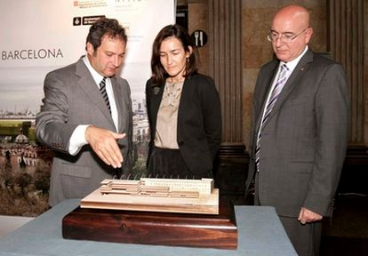De izquierda a derecha, Jordi Hereu, alcalde de Barcelona; Ángeles González Sinde, ministra de Cultura; y Joan Manuel Tresserras, consejero de Cultura, en la presentación de la biblioteca provincial de Barcelona.