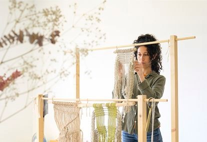 Ikram Maymouni de Abha Macramé, en su taller estudio del Poble Nou de Barcelona.