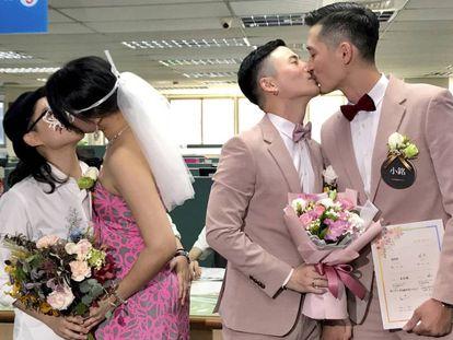 Dos parejas se besan tras casarse en un registro en Taipei este viernes.